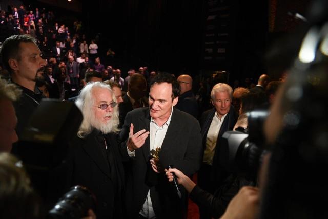 Quentin Tarantino (w środku) podczas gali zamknięcia festiwalu w Toruniu.
