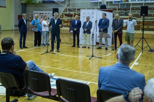 Konferencję prasową zorganizowano w hali Ośrodka Sportu i Rekreacji w Stargardzie, gdzie koszykarze Spójni rozgrywają spotkania ekstraklasy koszykarzy