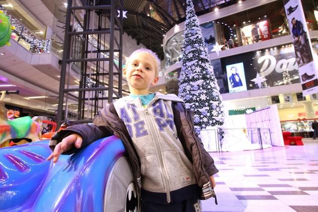 W Galerii Korona Kielce już są święta Czteroipółletni Ryszard Smacki oglądał w Galerii Korona wielką choinkę i tron dla Świętego Mikołaja. Cieszył się, że wkrótce święta.