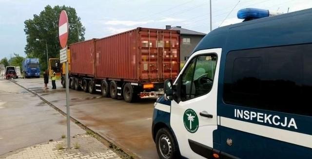 Inspektorzy zatrzymali przeciążone auto w środę, 17 czerwca w centrum Radomia.