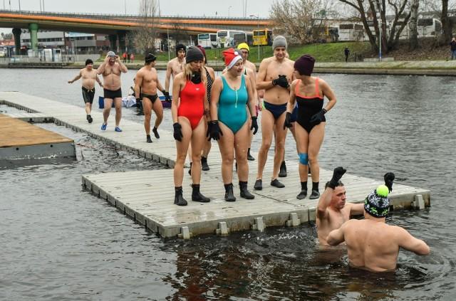 Tradycji stało się zadość. W pierwszy dzień roku, punktualnie o godzinie 12.00, wioślarze Lotto Bydgostii zeszli na wodę. Jak co roku o tej porze, wzięli udział w treningu na Brdzie. To będzie dla nich niezwykle ważny - olimpijski rok. Noworoczny trening odbyły również zawodniczki BTW. Nie zabrakło też śmiałków i amatorów chłodnej wody - grupa z Bydgoskiego klubu Morsów rozpoczęła rok od kąpieli w rzece. Zobaczcie zdjęcia >>>