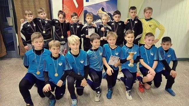 Kolejny bardzo dobry występ podopiecznych Akademii Piłkarskie Nadzieje z Mielca na międzynarodowym turnieju.Młodzi mielczanie tym razem wzięli udział w turnieju Christmas Cup, który rozgrywany jest na Węgrzech. Zawodnicy z roczników 2005, 2007 oraz 2009 zaprezentowali się bardzo dobrze, walcząc jak równy z równym z najlepszymi drużynami z Węgier, Serbii, Ukrainy oraz Słowacji. Najlepiej spisali się zawodnicy z rocznika 2007 trenera Dariusza Szadego - zajęli oni 6.miejsce w tzw. Grupie Złotej. Pozostałe mieleckie drużyny zajęły równie wysokie lokaty w tzw. Grupie Srebrnej.