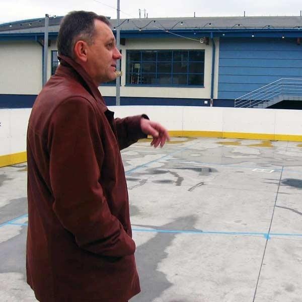 - Przy  wysokich temperaturach  utrzymanie lodowiska w należytym stanie jest niemożliwe - mówi Jacek Stalski, dyrektor jarosławskiego MOSiR-u