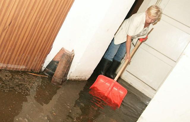 Usuwanie wody z zalanej piwnicy– To jest woda? To cuchnąca berbelucha – oburza się Anna Mieszkowska