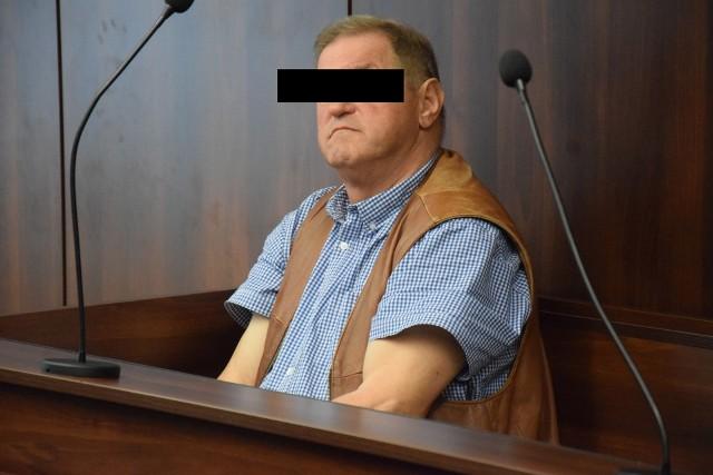 Ludwik B. wylewał szambo, gdzie popadnie, pobił operatora Polsatu i groził mieszkańcowi śmiercią. Z sądu wyszedł bez wyroku skazującego, ale wyborcy dali mu czerwoną kartkę.