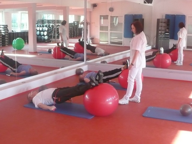 Zajęcia w klubach Expert Fitness odbywają się zawsze pod czujnym okiem fizykoterapeutów.