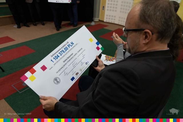 W czwartek 28 listopada zarząd województwa podlaskiego  przekazał symboliczne czeki przedstawicielom 23 podlaskich gmin. Dofinansowanie w wysokości 32,5 mln zł pochodzi z Programu Rozwoju Obszarów Wiejskich.