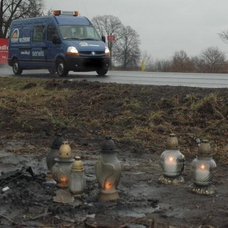 W miejscu, gdzie zginęli dwaj 20-latkowie cały czas palą się znicze. Dookoła leżą też kawałki plastików z rozbitego auta.