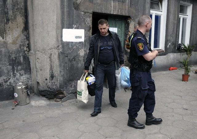 Przy ul. Zarzewskiej 7 stale jest obecny patrol straży miejskiej.