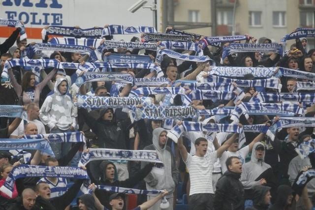 Kibice w Rzeszowie tęsknią za futbolem na wyższym poziomie, ale czy zaakceptują klub złożony z piłkarzy Resovii i Stali (na jej licencji drużyna zagrałaby w II lidze)?