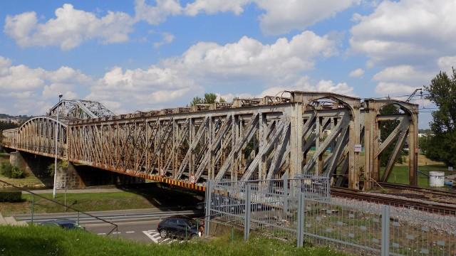 Most kolejowy w Przemyślu wpisał się w krajobraz miasta.