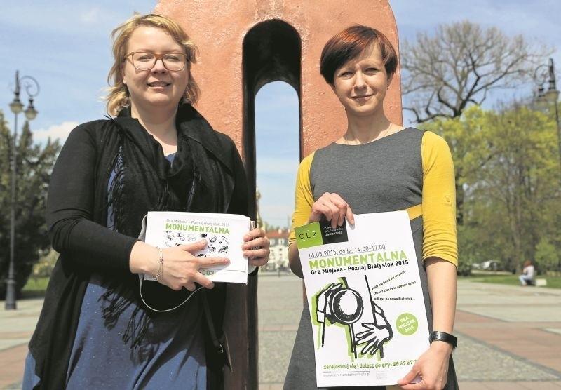 """Na grę miejską zapraszają (od lewej): Magdalena Ubrańska i Anna Danilewicz. Jednym z 18 punktów na trasie jest charakterystyczny pomnik, przez niektórych nazywany """"uchem ormowca""""."""