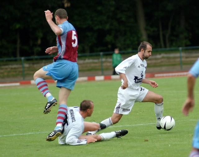 Fragment meczu towarzyskiego z tureckim Trabzonsporem. W akcji Michał Probierz, który jest bliski optymalnej formy. Poniżej Olgierd Moskalewicz.