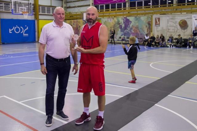 Dyrektor MOSiR Eryk Rawicki i najlepszy koszykarz, były ełkaesiak Bartłomiej Szczepaniak