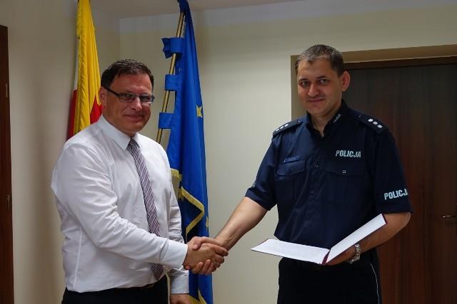 Burmistrz Nysy Kordian Kolbiarz oraz komendant powiatowy nyskiej policji Piotr Smoleń podpisali już porozumienie o przekazaniu na dodatkowe patrole 15 tys. zł z budżetu gminy.