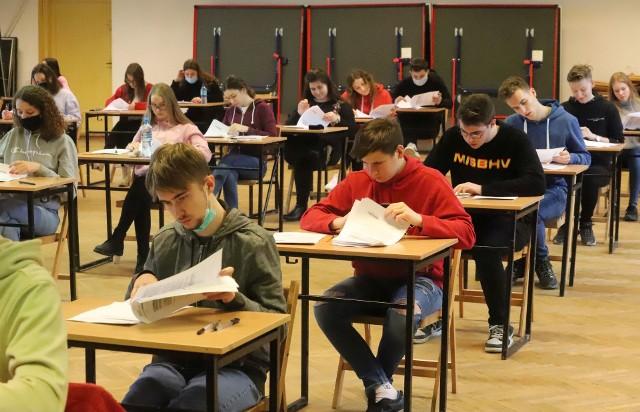 Maturzyści mają za sobą kolejny dzień próbnych egzaminów.