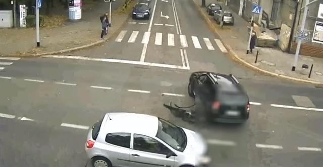 Kierowca samochodu marki Dacia Duster, jadąc od strony ul. Skowrońskiego w Gliwicach, nie zastosował się do sygnalizacji świetlnej i wjechał na skrzyżowanie. W bok jego pojazdu uderzyło prawidłowo jadące renault clio. Dacia przewróciła się i siłą impetu wpadła na oczekujące na czerwonym świetle audi, poważnie je uszkadzając.