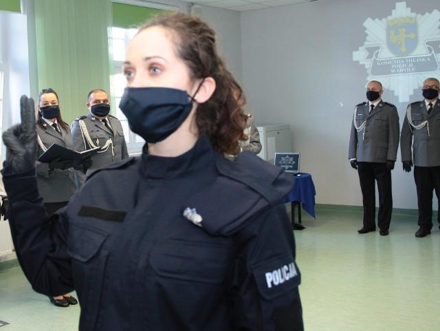 Ślubowanie nowych policjantów miało miejsce w komendzie miejskiej i wojewódzkiej w Opolu oraz powiatowej w Kędzierzynie-Koźlu.