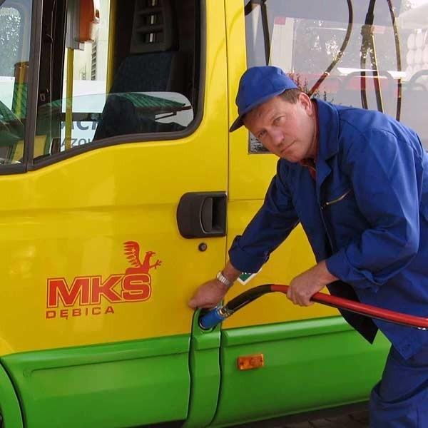 W ubiegłym roku kilka autobusów MKS zaczęło jeździć na sprężony gaz ziemny - tańszy i bardziej ekologiczny niż dotychczas stosowany LPG. To dopiero początek wielkich zmian, o jakich marzy prezes Henryk Juraszek.