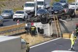 Podczas wypadków drogowych kierowcy robią zdjęcia i filmy. Efekt: gigantyczne korki. Lepiej pomóż, zamiast utrudniać akcję ratunkową!