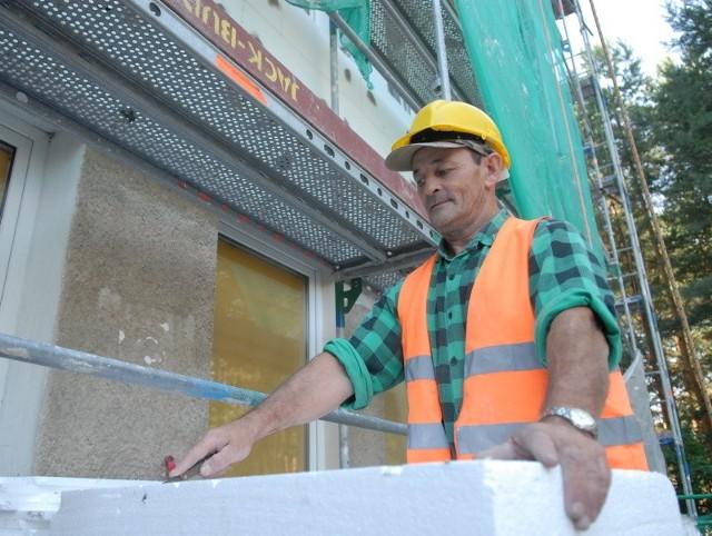- Pogoda nam sprzyja. Przy tego rodzaju pracach nie powinno być zbyt gorąco - mówi Krzysztof Słociński z ekipy budowlanej ocieplającej główny gmach szpitala.
