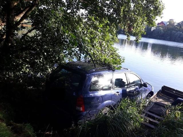 Ford focus stoczył się do jeziora.