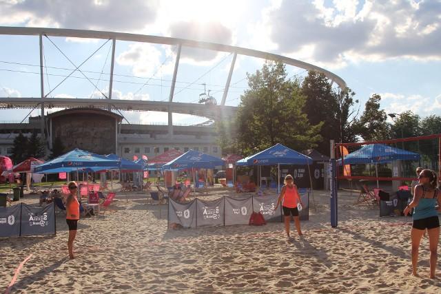 Na plaży na Stadionie Śląskim można za darmo pograć w siatkówkę plażową. Tauron Silesia Beach kusi też innymi wakacyjnymi atrakcjami  Zobacz kolejne zdjęcia. Przesuwaj zdjęcia w prawo - naciśnij strzałkę lub przycisk NASTĘPNE