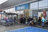 Angielska sieć Dealz otworzyła duży sklep w Gorlicach. Zaciekawieni handlową nowością mieszkańcy ustawiali się w kolejce [ZDJĘCIA]