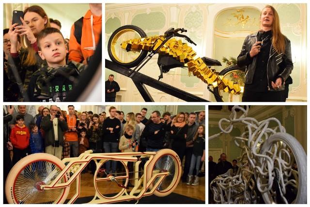 """Sławny złoty rower, trójkołowa iluzja, monocykl, czy rower świetlny przyciągnęły do Auli Magna Pałacu Branickich tłumy fanów Mad Bicycles. Adam Zdanowicz pokazał je na wystawie """"O.Błędne Koła"""". Wystawę można oglądać też 28 grudnia 2019 roku od godz. 15 do 19!"""