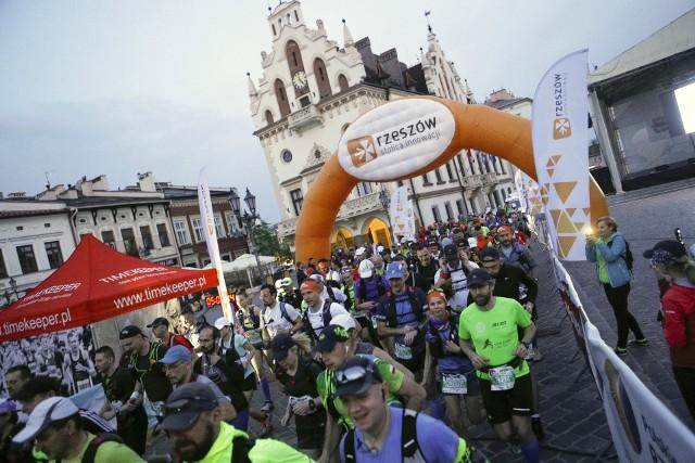 Ultramaraton Podkarpacki wystartował z rzeszowskiego Rynku. Pierwsi uczestnicy wystartowali na najdłuższy mierzący 115 km dystans już o północy. Ci, którzy wybrali nieco krótszą trasę na 50 i 70 km ruszyli w trasę o godzinie 5.00PONAD 300 osób pobiegło w Ultramaratonie Podkarpackim [RELACJA, WYNIKI]