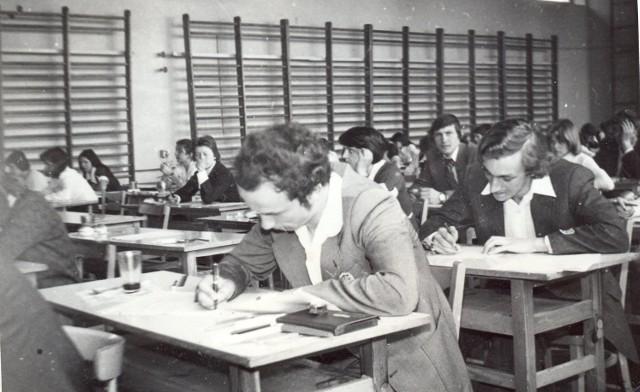 Archiwalne zdjęcie z matury w liceum w Golubiu-Dobrzyniu (obecnie Zespół Szkół nr im. Anny Wazówny)