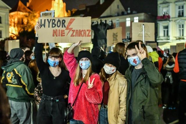 Sondaż: Polacy nie popierają wyroku TK ws. aborcji
