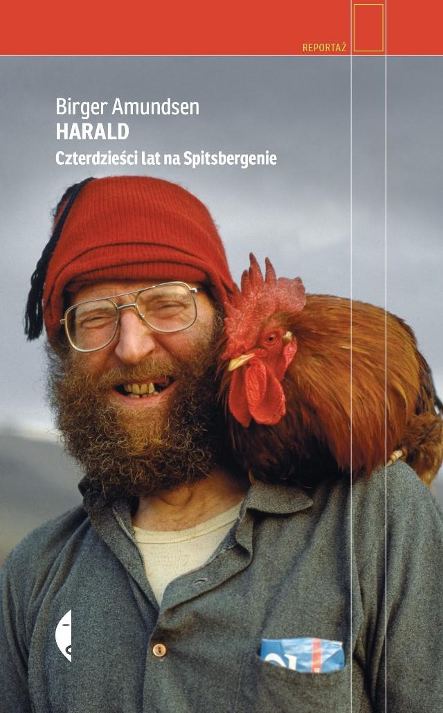 """- Kiedy w połowie lat dziewięćdziesiątych ubiegłego wieku pierwszy raz przyjechałem na Svalbard, każdy wiedział, kim jest Harald. Jego imię powtarzali z szacunkiem polarnicy różnych narodowości i zaraz dodawali, że to jeden z ostatnich traperów. Z czasem na traperskich włościach został tylko on - wspomina Adam Wajrak. Trzydziestosiedmioletni Harald Soleim trafił na Svalbard w 1977 roku. Choć planował zostać tam jedynie rok, by potem ruszyć na podbój Ameryki Południowej, Kapp Wijk stało się jego domem na kolejnych czterdzieści lat. W swojej traperskiej chatce gościł agentów KGB, norweską królową i światowej sławy pianistę.Portret człowieka, który żył tak, jak zawsze pragnął, i tak jak jego zdaniem żyć było trzeba, rysuje Norweski pisarz i dziennikarz Birger Amundsen. Reportaż """"HARALD. Czterdzieści lat na Spitzbergenie"""" w tłumaczeniu Karoliny Drozdowskiej ukaże się 13 stycznia nakładem Wydawnictwa Czarne."""