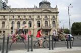 Nowe słupki i kwietniki przy pałacu Poznańskiego