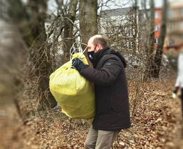Konrad Fijołek pracował jako wolontariusz, zbierając śmieci wzdłuż Wisłoka.