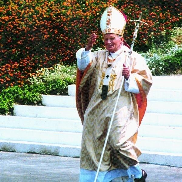 Papież Jan Paweł II gościł w Białymstoku w 1991 roku. Celebrował mszę świętą na lotnisku Krywlany. Tę wizytę utrwalił na zdjęciach znany białostocki fotografik Piotr Sawicki.