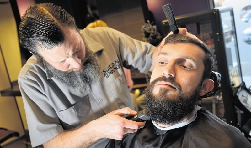 Fryzjerzy w ostatnim czasie zajęli się także (na powrót)...