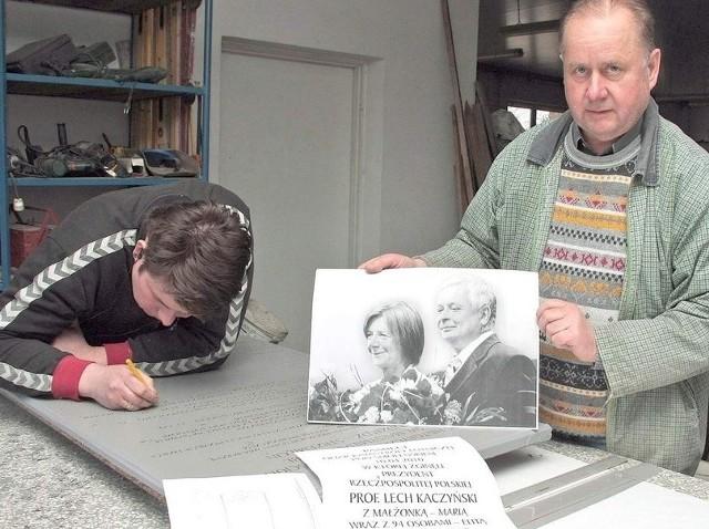 Andrzej Grabowski prezentuje fotografię, według której wykonał pamiątkową tablicę.