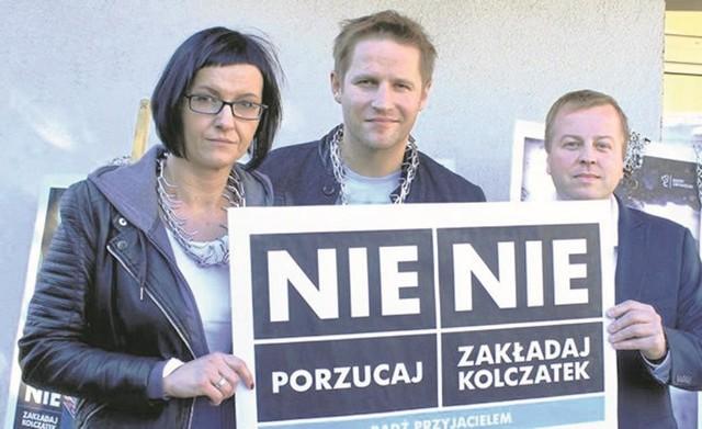 Marta Olesińska, Kamil Maćkowiak i Grzegorz Kaczmarek, dyrektor schroniska.