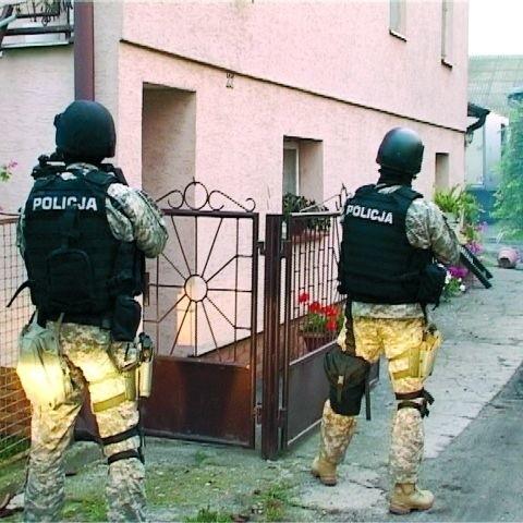 Policjanci z CBŚ wchodzą do domu jednego z  bandytów uczestniczących w strzelaninie w Ostrowi
