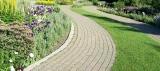 Płytki chodnikowe i krawężniki: czy warto je robić samodzielnie