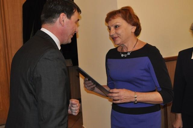 Małgorzata Tudaj odbiera potwierdzenie wyboru z rąk sędziego Macieja Bainczyka. Tak zaczęła się miniona kadencja w której rządziła przez cztery lata. Bardzo prawdopodobne, że zachowa urząd na kolejne 5 lat.