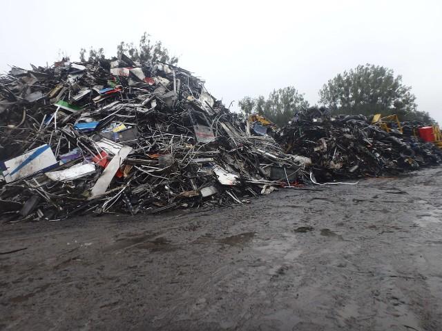 Właścicielowi złomowiska w Suradowie (gmina Lipno) został postawiony zarzut popełnienia przestępstwa. Zarzuty dotyczą przetwarzania odpadów w warunkach zagrażających środowisku oraz sprowadzenia zdarzenia mającego postać pożaru i eksplozji