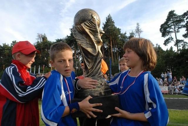 Nagrodą za triumf w Dobiegniew Cup są ponadnaturalnej wielkości repliki Pucharu Rimeta. Czasem puchary okazują się... większe od zawodników!