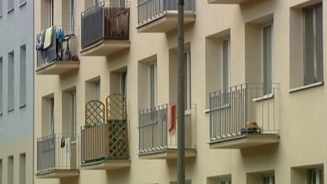 MieszkaniaW przypadku odwróconego kredytu hipotecznego instytucja finansowa przejmie na własność mieszkanie dopiero po śmierci uprawnionego. Natomiast instytucja renty dożywotniej ma polegać na tym, że  instytucja finansująca będzie wypłacała świadczenia w zamian za przeniesienie własności nieruchomości już w momencie podpisania umowy.