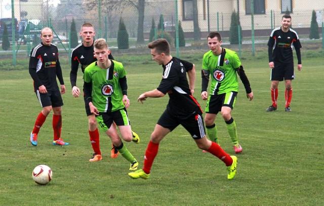 Piłkarze Sokoła Sokolniki (seledynowo-czarne stroje) zagrają w środę z Cosmosem Nowotaniec.