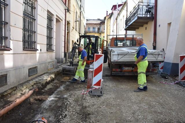 Remontem ul. Zakątnej w Tarnowie zajmuje się ekipa Przedsiębiorstwa Usług Komunalnych