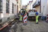 Tarnów. Kolejny poślizg z remontem ulicy w centrum Tarnowa. Czy drogowcy zdążą przed zimą z ulicą Zakątną? [ZDJĘCIA]