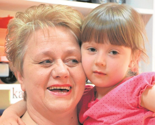 Krystyna Gębka, piąta  Kobieta Przedsiębiorcza w regionie z wnuczką Alicją.