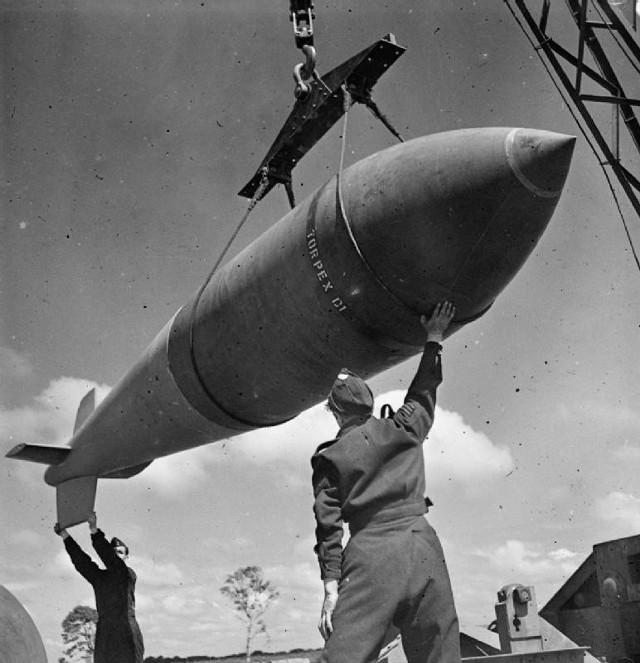 1944 rok. Personel RAF w czasie załadunku bomby tallboy, która była zrzucona na wyrzutnie V1 we Francji